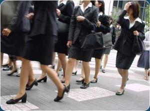 Salariées japonaises à la sortie des bureaux. (DR)