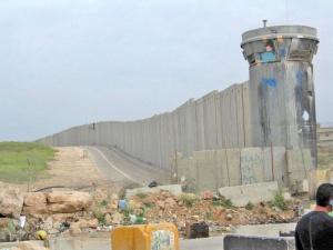 Un premier mur a été bâti par les autorités israéliennes autour de Gaza durant la première Intifada (1987-1993). Depuis l'été 2002, un autre mur sépare Israël de la Cisjordanie DR