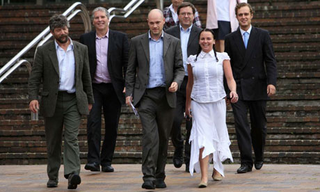 Les activistes Greenpeace Huw Williams, Kevin Drake, Ben Stewart, Tim Hewke, Emily Hall and Will Rose sortant de la Cour de justice en 2008. Photograph: Jiri Rezac/Greenpeace