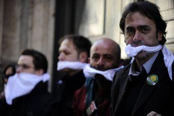 Des membres du parti vert italien protestant contre Berlusconi pour avoir tenté d'arrêter une émission de télévision le critiquant, en 2010. (Filippo Monteforte/AFP/Getty Images)