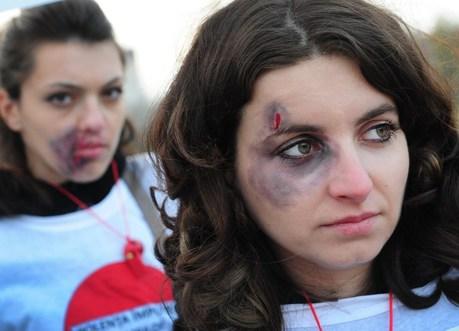 Des femmes manifestent contre la violence domestique en Italie en août 2013.