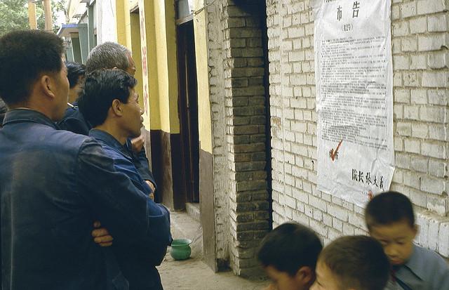Chine: des gens lisent un communiqué sur des sentences à la peine capitale