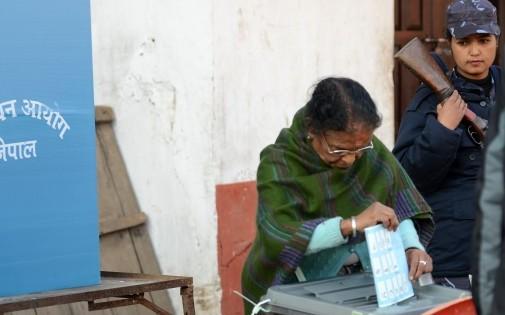 Une femme népalaise glissant un bulletin dans l'urne lors des élections le 19 novembre dernier
