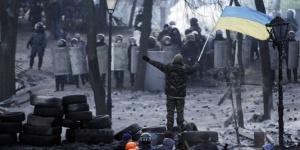 Des manifestants faisant face aux policiers à Kiev