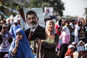 Une femme brandissant un portrait de l'ex-président Mohamed Morsi dans une manifestation après son éviction par l'armée (Xinhua/Amru Salahuddien)(cxy)