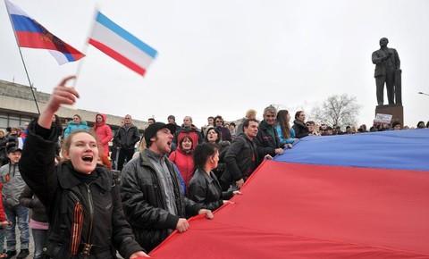 Des-civils-pro-russes-deploient-un-drapeau-russe-geant-le-1er-mars-2014-devant-la-statue-de-Lenine-a-Simferopol-en-Crimee_univers-grande