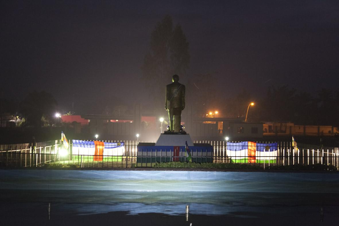 La statue de Barthélémy Boganda devant l'Assemblée Nationale à Bangui