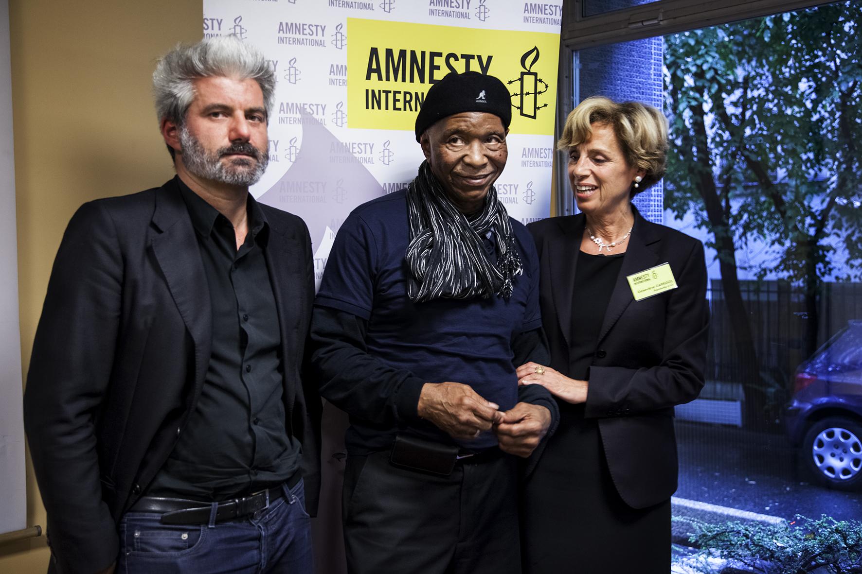 """AMNESTY_INTERNATIONAL/STOP TORTURE/ Genevieve GARRIGOS (drte) présidente d'Amnesty International, Robert KING(ctre), ancien Black Panthers detenu a l'isolement durant 29 ans, Laurent GAUDE(gche), ecrivain prix Goncourt, soutenant la campagne """"Stop Torture"""" - Paris 12/05/2014"""
