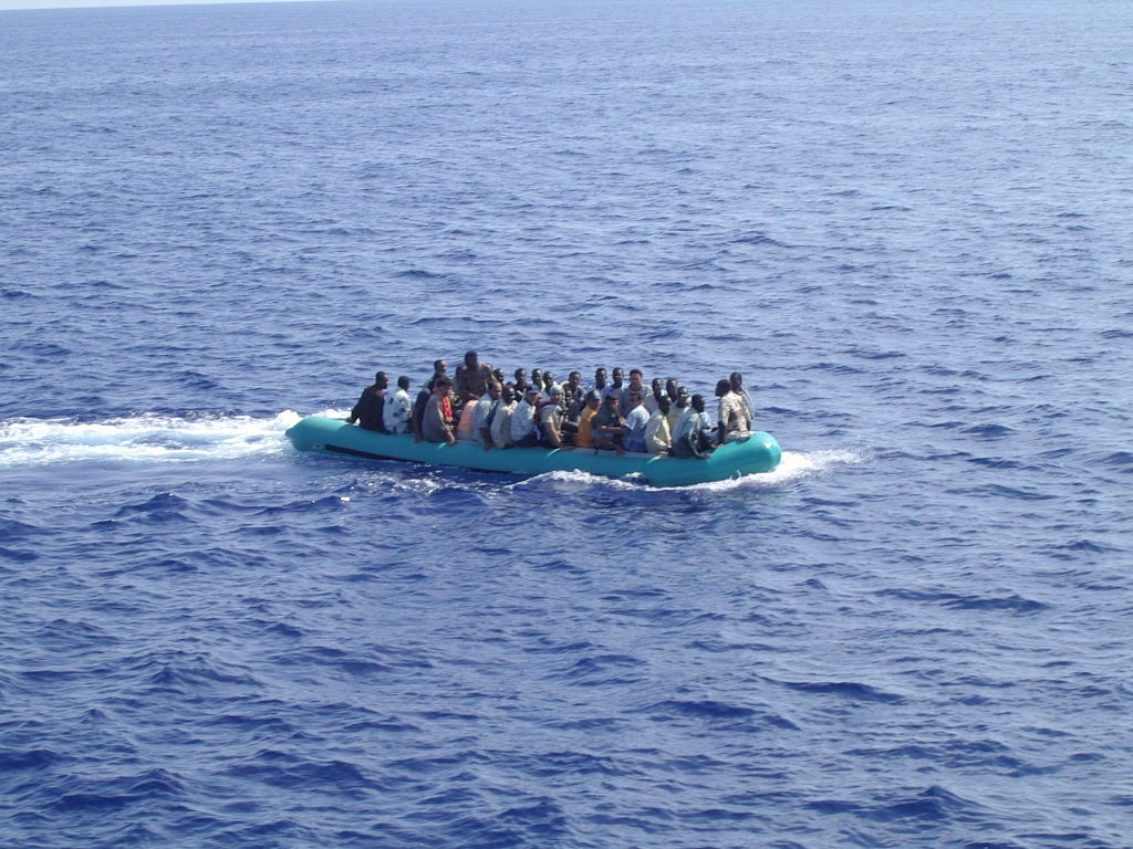 Immigrés sur un bateau pneumatique au large de Lampedusa en Italie - 8 aout 2013