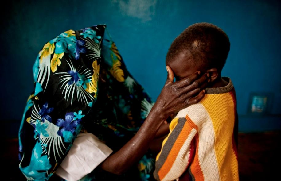 Une femme congolaise victime de viol, en compagnie de son garçon. D'abord utilisé comme arme de guerre par des soldats ou des miliciens, le viol s'est banalisé. © Pete Muller