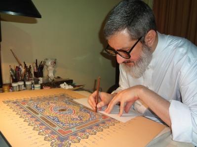 Ayatollah Abdolhamid Massoumi-Tehrani qui travaille sur une enluminure de vers du Kitab-i-Aqbas - Baha'i World News Service