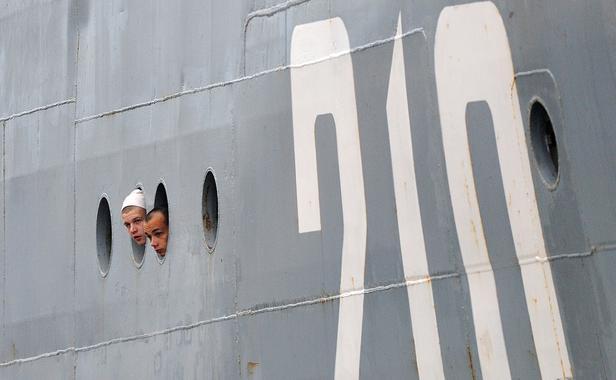 marins-russes-arrivent-bord-navire-smolniy-saint-nazaire-30-juin-2014-1628653-616x380