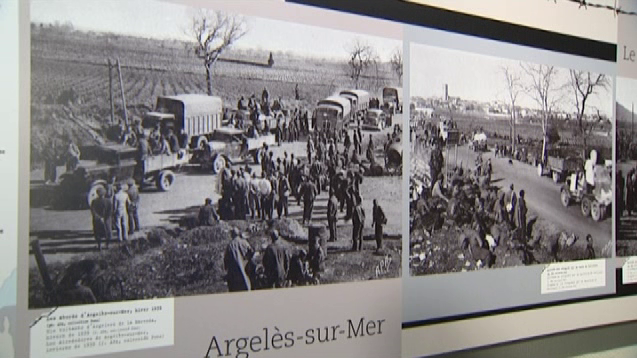 Panneaux des photos de l'exposition où l'on voit les espagnols ayant fui le franquisme parqués dans des camps à leur arrivée en France.