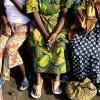Femmes assises à l'extérieur d'un dortoir dans un centre pour victimes de violences sexuelles en RDC. © IRIN/Aubrey Graham