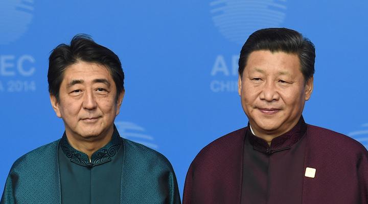 Le Premier ministre japonais, Shinzo Abe, au coté du Président chinois Xi Jinping  au sommet l'APEC - lundi 10 novembre - © Kim Kyung-Hoon