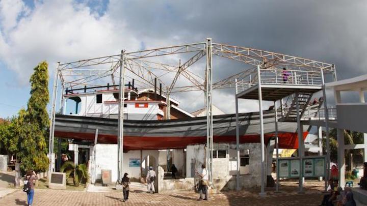 Le bateau sur les toits, devenu musée à Lampulo, est l'un des sites les plus spectaculaires. © Corinne Bourbeillon
