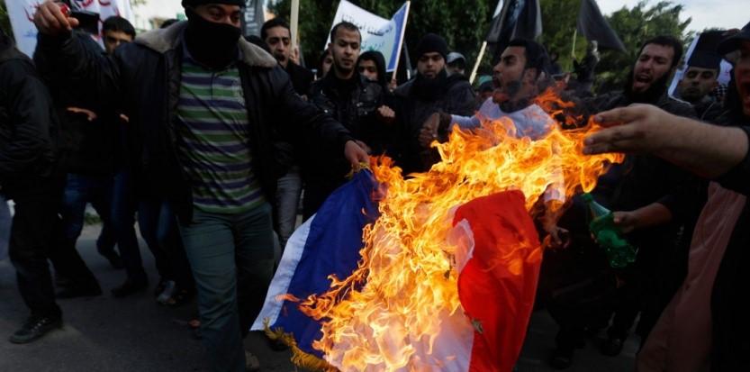 """Un drapeau français brûlé à Gaza par des salafistes palestiniens, afin de protester contre """"Charlie Hebdo"""", lundi 19 janvier (MOHAMMED ABED / AFP)"""
