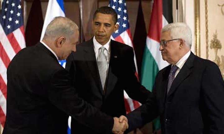 Benjamin Netanyahu et Mahmoud Abbas se serrent la main sous le regard de Barack Obama... en 2012 © Jim Watson/AFP/Getty Images