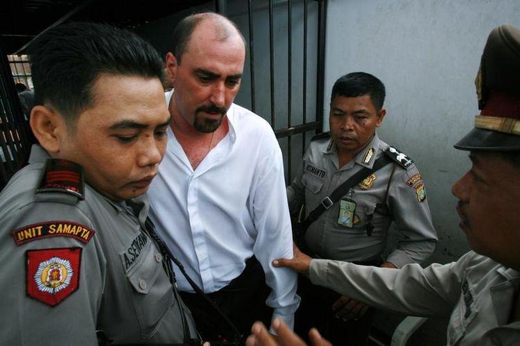 Des policiers indonésiens escortent le Français Serge Atlaoui, le 6 novembre 2006, avant sa condamnation par le tribunal de Tangerang. (Beawiharta Beawiharta. Reuters)
