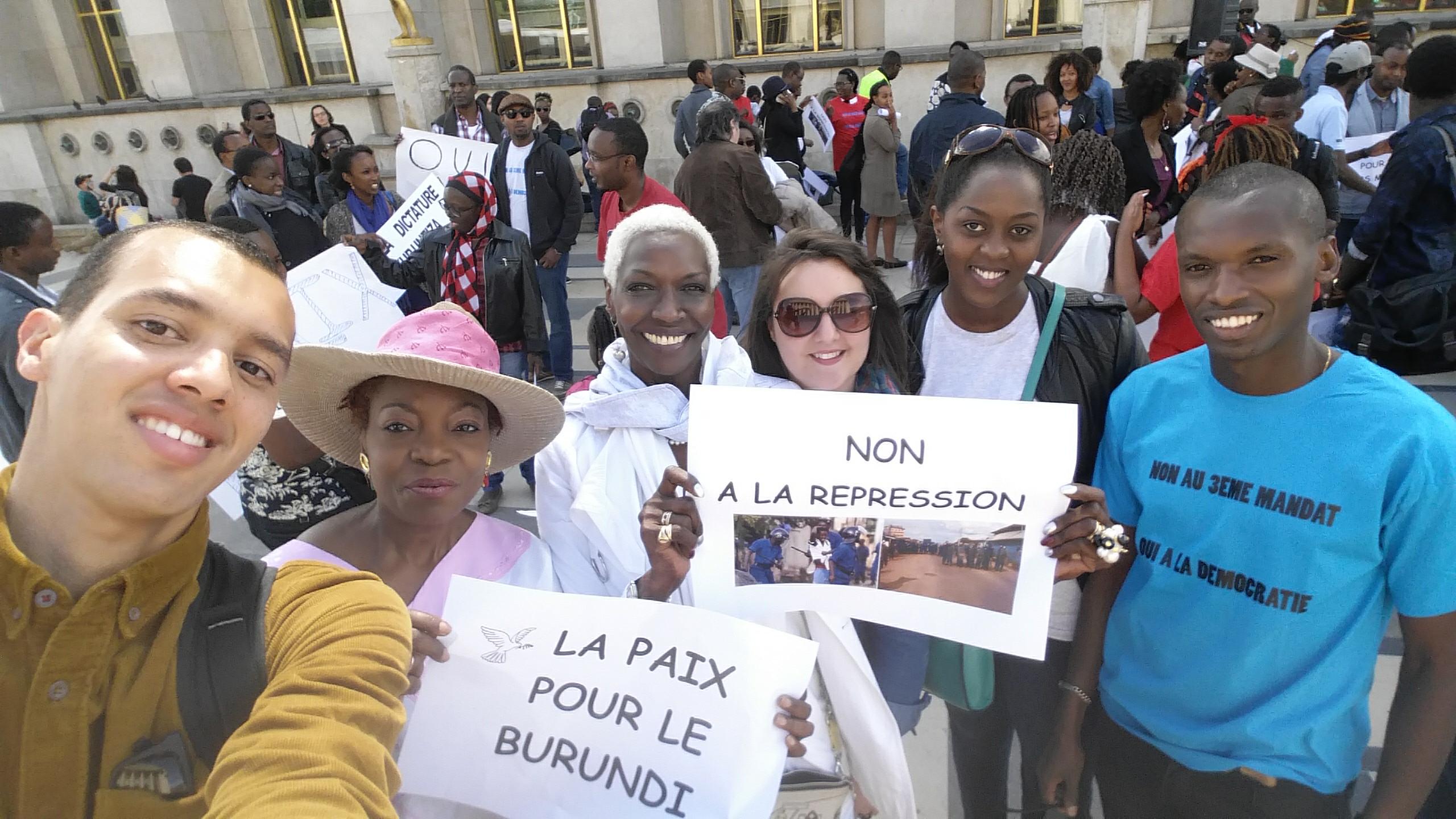 Rassemblement contre le 3e mandat de Pierre Nkurunziza de la diaspora burundaise de France sur le parvis des droits de l'Homme à Paris le 9 mai 2015.