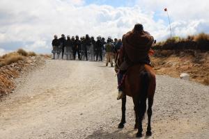 Dans la région de Cajamarca, les populations autochtones se trouvent souvent en confrontation avec la police péruvienne, alors qu'elles s'opposent au projet minier. © Dominique Senpietro