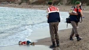 Un enfant mort est retrouvé échoué sur une plage turque – Crédit : The Independant / Reuters