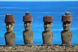 Les Moaï, les célèbres statues en pierre de l'île de Pâques - Crédit: Marion et Yves Lecailtel.