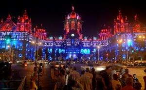 Chhatrapati Shivaji Terminus à Bombay, aux couleurs français. - Crédit : Rizwan Mithawala – Page Facebook de l'Institut Français