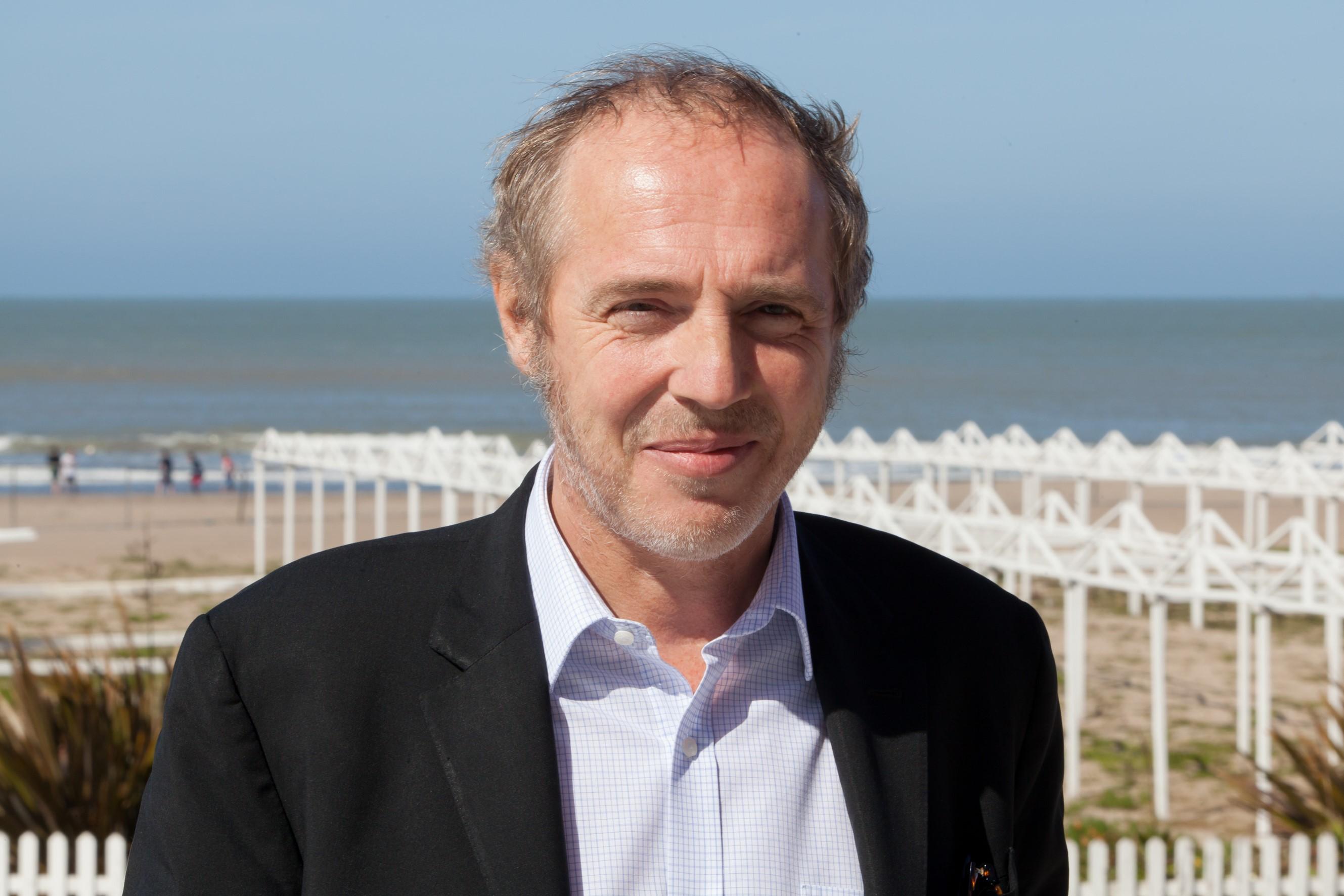 Arnaud Desplechin, sur le bord de mer de Mar del Plata, dans le cadre du festival. Crédits : Festival Internacional de Cine de Mar del Plata.