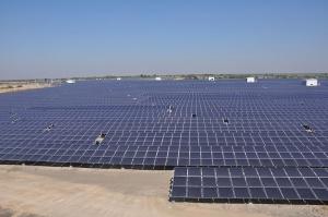 Panneaux solaires dans le Gujarat, dont Modi avait fait le phare de l'énergie solaire indienne - Crédit : Citizenjm / Wikimedia Commons
