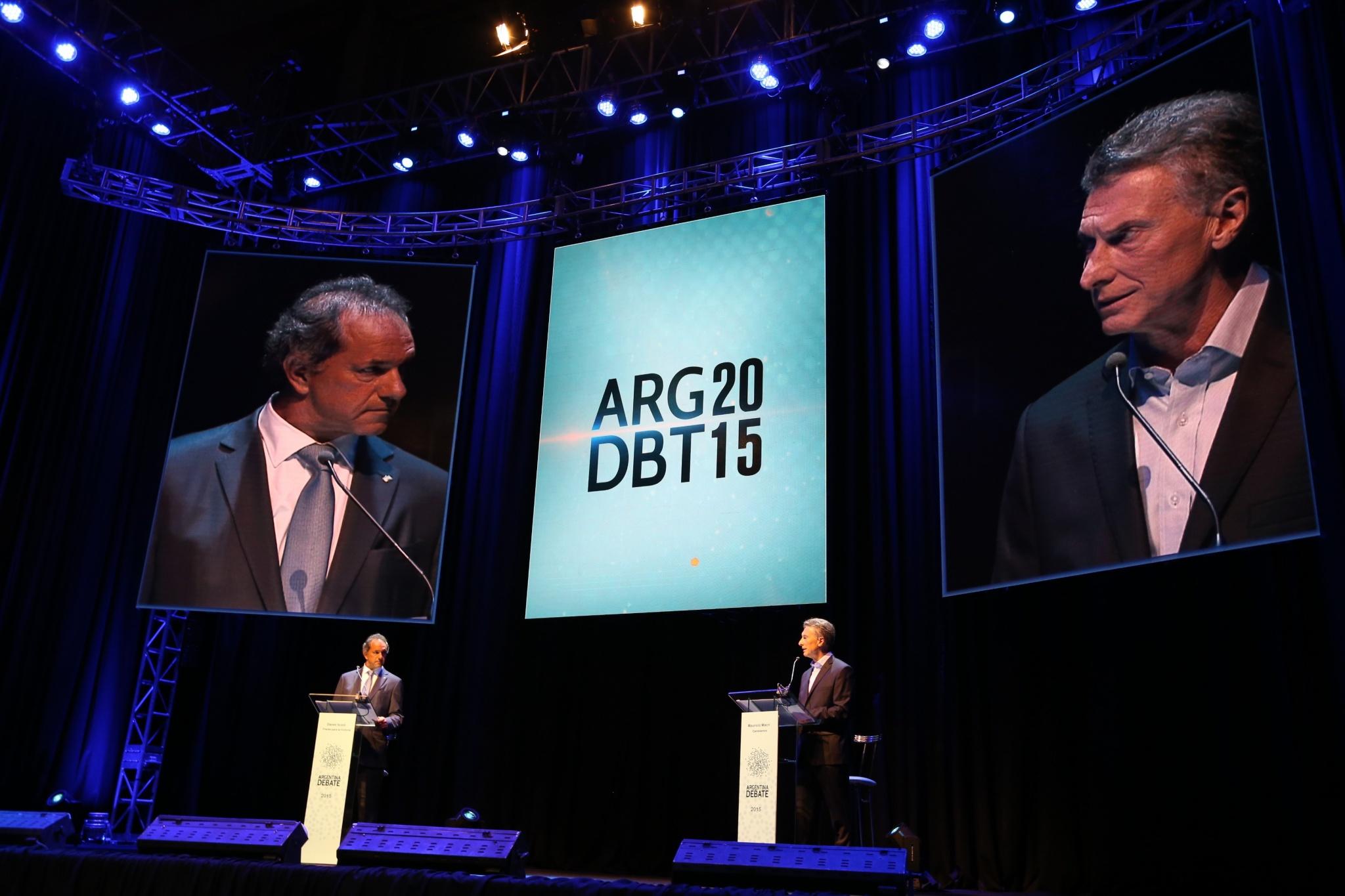 Daniel Scioli (à gauche) face à son adversaire Mauricio Macri, lors du débat du 15 novembre. - Crédit : Argentina Debate