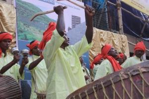 De nombreux musiciens jouent près des pandals des chants pour la déesse, rythmant de façon vibrante la ville.