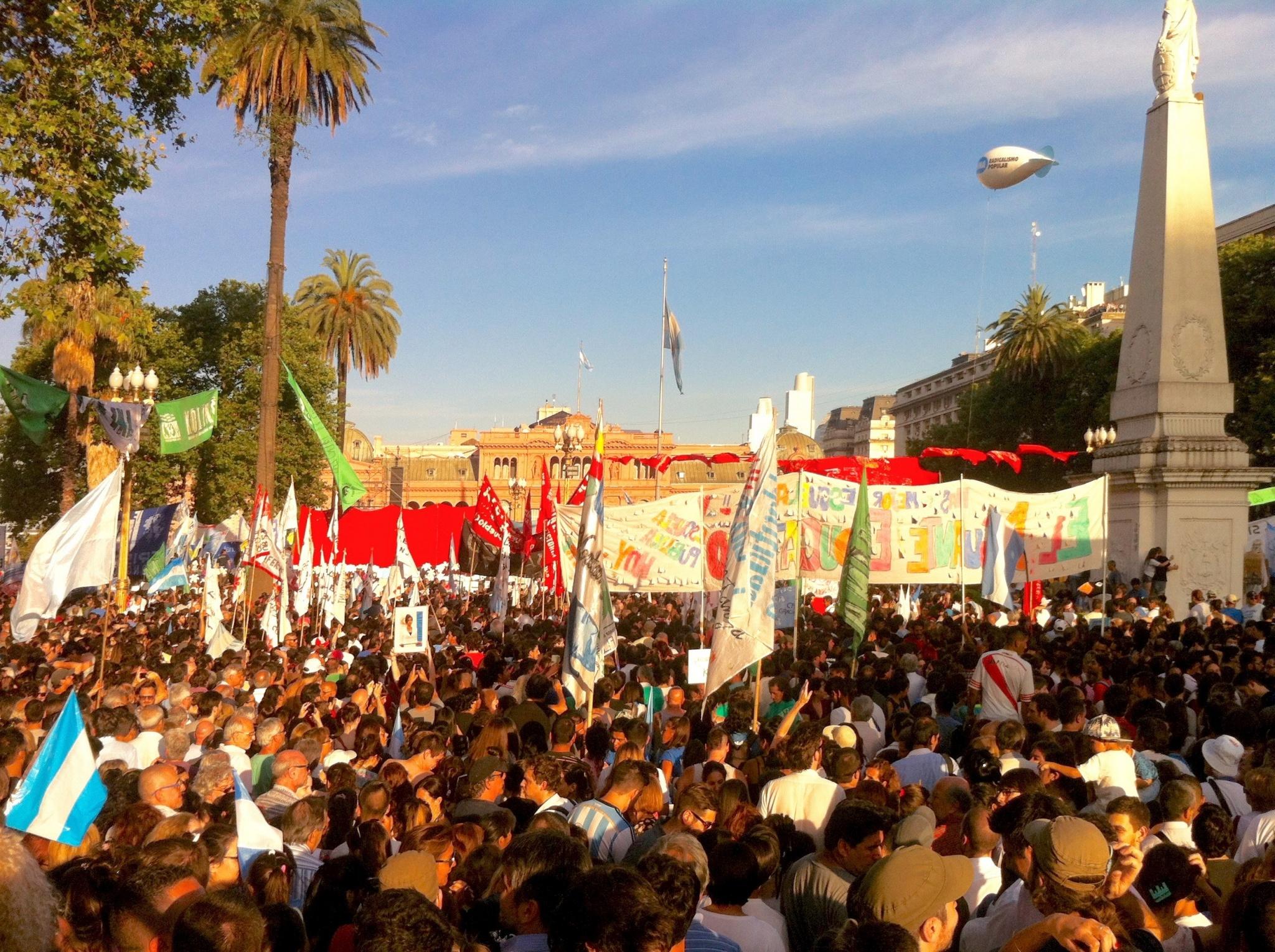 La mythique Place de Mai, mercredi 9 décembre, débordée par la foule venue acclamée la populaire présidente sortante argentine – Cristina Fernandez de Kirchner – à la veille de l'investiture de Mauricio Macri. Crédits: Justine Perez / Opinion Internationale.