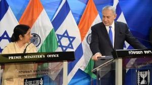 À droite, la ministre des Affaires étrangères Sushma Swaraj, rencontrant le Premier ministre israélien Netanyahu. Crédit : Ambassade d'Israël en Inde http://embassies.gov.il/