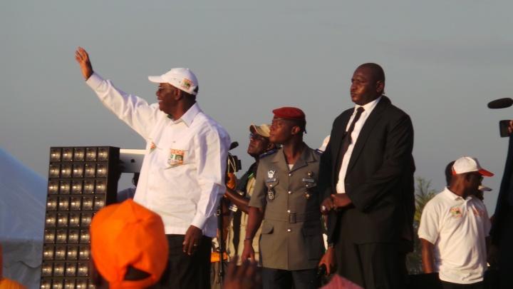 Alassane Ouattara lors d'un meeting à Abobo (nord d'abidjan) - Crédit photo : Noé Michalon