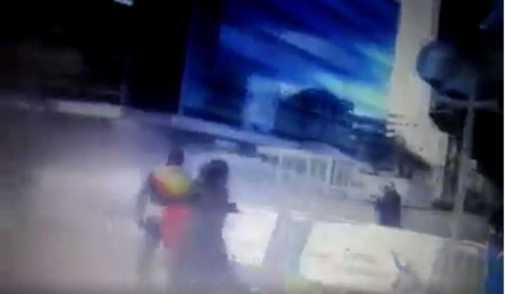 Les manifestants face au jet d'eau. - Capture d'écran de la vidéo ci-dessous.