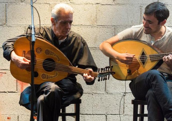 Gilad Vaknin en concert, à droite avec son maître Nino Bitton. Crédit photos : Ailon Glitz