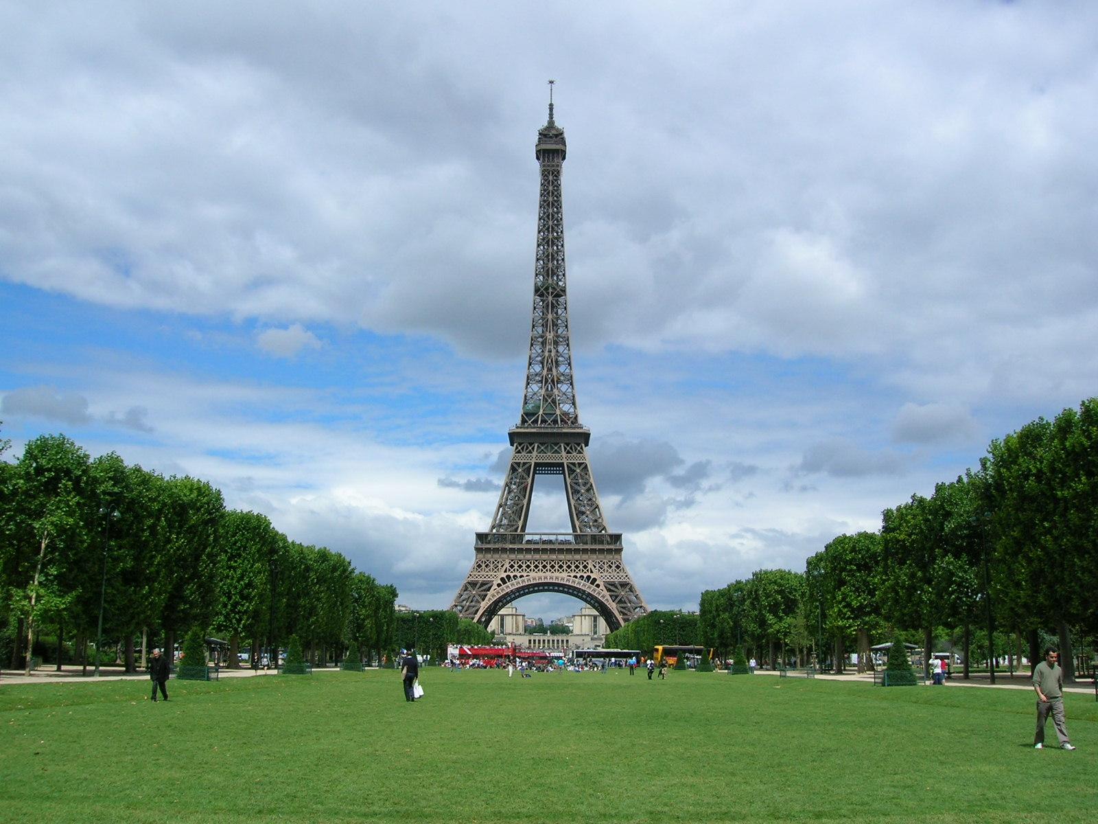 La Tour Eiffel, vue du Champs de Mars - Crédit photo : Tony Grist / Wikimedia Commons
