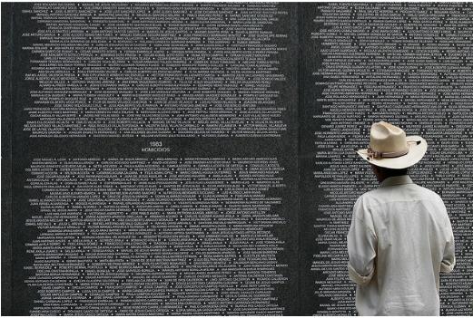 Un hombre busca al nombre de conocidos suyos en el muro de desaparecidos del conflicto armado. Foto : Oscar Leiva Marinero / Flickr CC