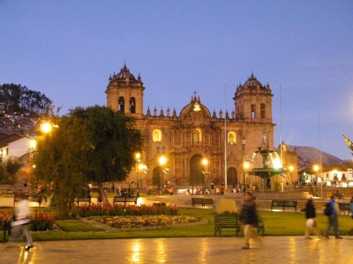Cusco et sa Plaza de Armas. C'est la région de Cusco qui s'est opposée le plus fortement au décret : elle possède un nombre incalculable de sites archéologiques pré-colombiens et est la région la plus touristique du Pérou. - Crédit photo : Corinne Duquesne