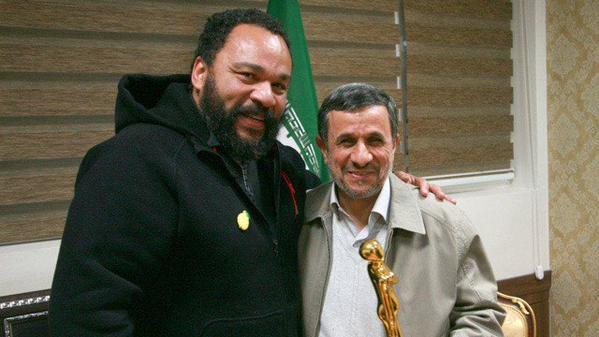 Dieudonné M'Bala M'Bala avec Mahmoud Ahmadinejad Crédit : Twitter.