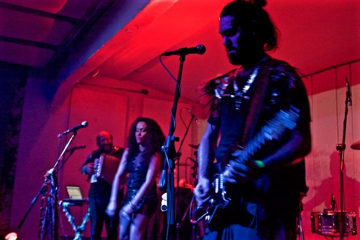 Alejandro Franov, Mariana Yegros et David Martinez lors du concert de La Yegros au Centre Culturel Matienzo, le vendredi 22 janvier à Buenos Aires. Crédits : Justine Perez / Opinion Internationale
