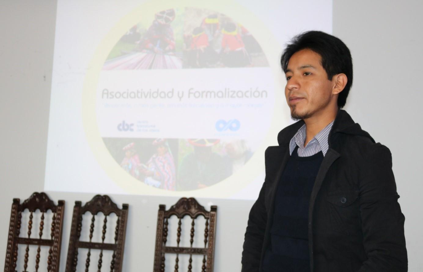 Pabel Aimituma Colque dans l'atelier qu'il donne à des artisanes souhaitant s'associer à Cusco (locaux du centre Bartolomé de las Casas). Crédit photo : Corinne Duquesne