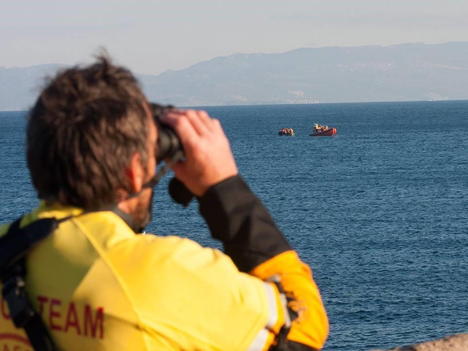 Un bénévole de l'ONG Proactiva Open Arms surveille l'arrivée des bateaux sur la rive grecque. Crédits Photos : Facebook officiel Proactiva Open Arms.