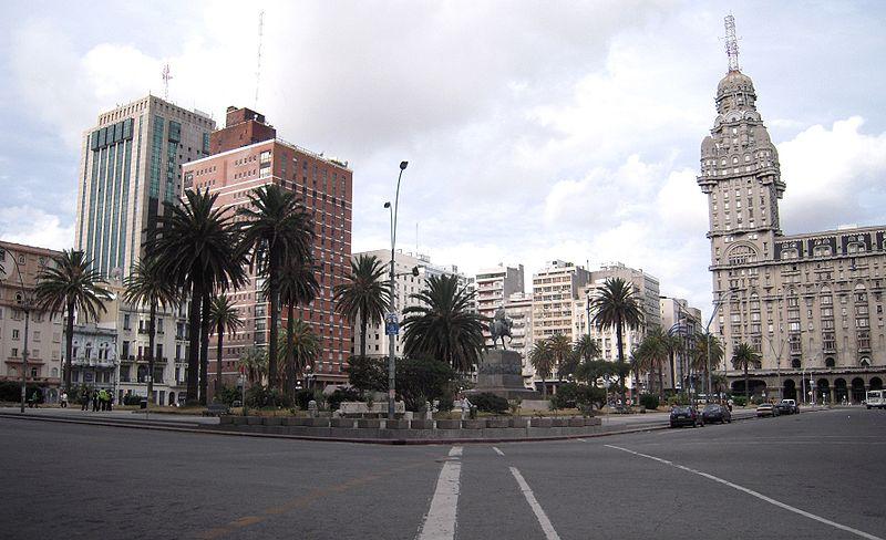 Place de l'indépendance à Montevideo - Crédit photo : Helge Høifødt - Wikimedia Commons