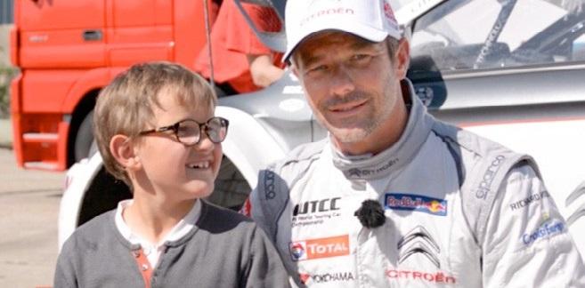 Gatien, porteur du syndrome d'Angelman et Sébastien Loeb, Parrain de l'AFSA - Crédit photo : Eric Senmartin