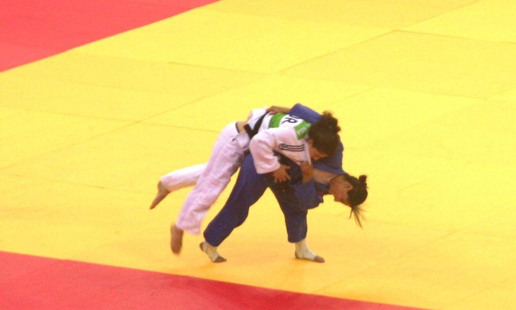 Yarden Gerbi (en bleu) contre Ana Cachola (en blanc) lors des jeux européens 2015 de Bakou