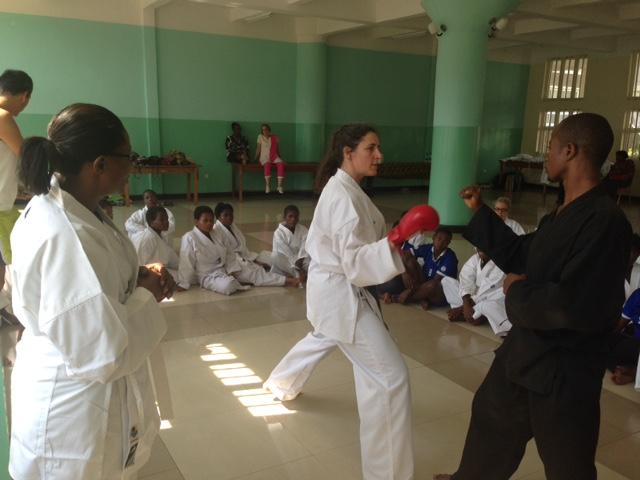 Laurence Fischer fait une initiation karaté avec Franck Kwabe, enseignant, à la Maison Dorcas de Panzi (en RD Congo) où sont accueillies les femmes victimes de viols de guerre - Crédit photo : Équipe des Écoles de l'Espoir