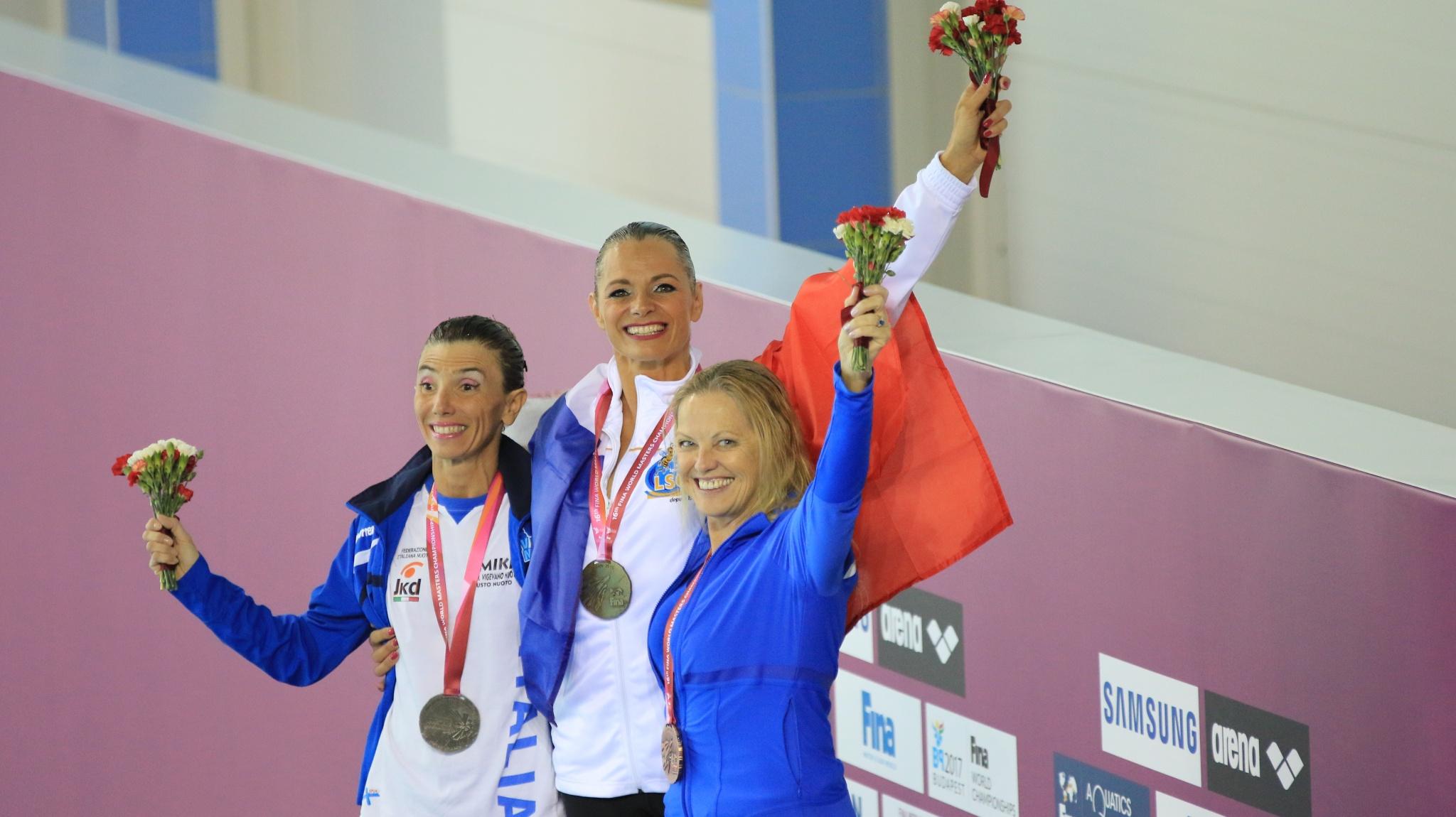 Miuriel Hermine au centre du podium des Masters de natation synchronisée à Kazan (Russie) - Crédit photo : Quentin Quennehen