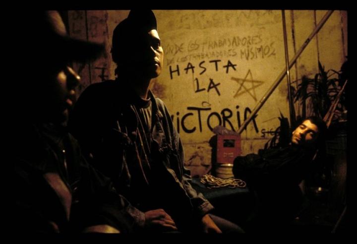 Jeunes travailleurs résistant à l'expulsion par la force de la police, dans l'usine Burkman à Buenos Aires, Argentine. Crédit photo : Oriana Eliçabe / Flickr CC